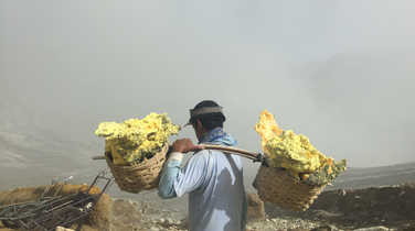 Local worker in Kawah Ijen
